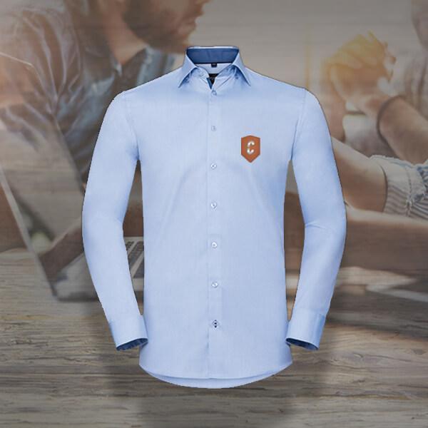 Hemd mit Stickpatch als edle Kleidung fürs Büro